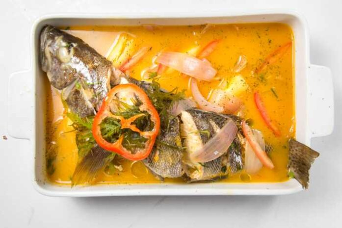 imagen de una fuente de sudado de pescado
